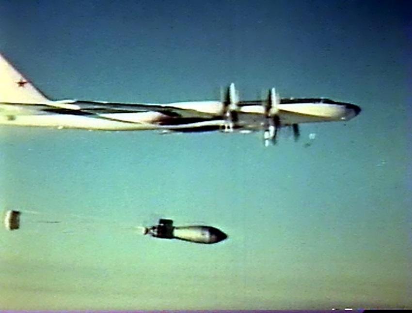 A bomba também tinha um pára-quedas para desacelerar sua queda, dando aos dois aviões tempo para voar a cerca de 48 quilômetros do ponto zero antes que a bomba fosse detonada.