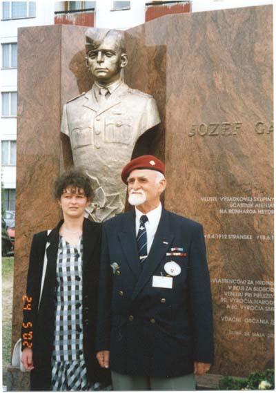Autor pomnika akad. Sochar Stefan Pelikan s dcerou