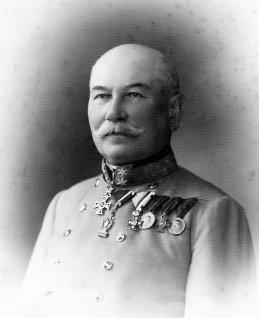 Poslední čestný majitel vysokomýtského c. a k. pěšího pluku č. 98 generál pěchoty Adolf svobodný pán Rummer von Rummershof. Zde vyobrazen ještě v hodnosti polního podmaršálka z počátku roku 1908. Za povšimnutí jistě stojí vysoké císařské Řády Leopoldův (&lt;em&gt;v třídě Komtur{C}<!--cke_bookmark_178S-->{C}<!--cke_bookmark_178E-->&lt;/em&gt;) a Železné koruny (&lt;em&gt;v třídě Ritter&lt;/em&gt;), Vojenský záslužný kříž (&lt;em&gt;MVK&lt;/em&gt;) a četná vyznamenání, služební a pamětní medaile získaná během mnohaleté úspěšné aktivní vojenské služby v Rakouské a Rakousko-Uherské armádě