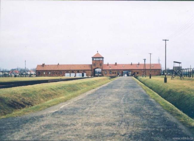 Brána do pekla - vstupní budova tábora Osvětim II. Březinka