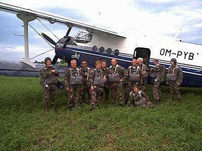 Parašutisti z 2. lietadla po núdzovom pristátí na poli neďaleko obce Hubice-Gamba