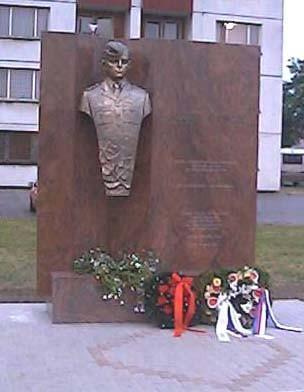 Pamätník Jozefa Gabčíka, kpt. In memoriam po jeho odhalení dňa 24. mája 2002 pred vchodom do kasární v Žiline