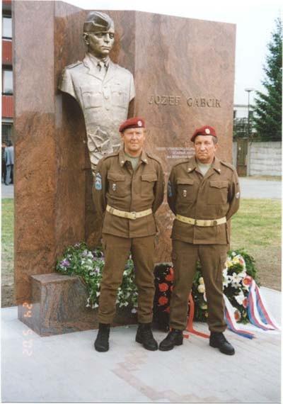 Dvaja veterani z CR v rovnosatach vysadkarov zo 60-tych rokov