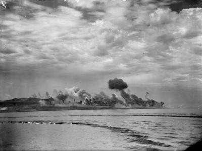 Námořní bombardování přístavu; Zdroj/Source: http://www.iwm.org.uk/collections/item/object/205186482, © IWM