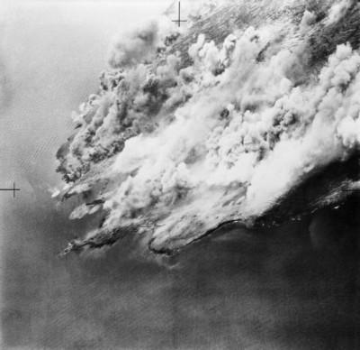 Dým vznášející se nad Pantellerií po bombardování; Zdroj/Source: http://www.iwm.org.uk/collections/item/object/205022391, © IWM