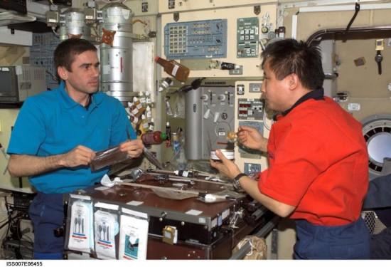 Stolování na palubě ISS