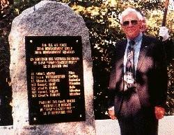 Alan Magee u památníku v St. Nazaire