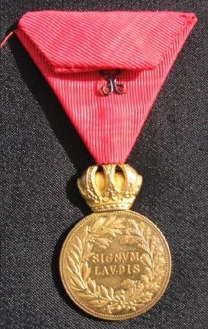 Bronzové Signum laudis cisára Františka Jozefa I. na civilnej stuhe - reverz [foto: Ivan Chudý]