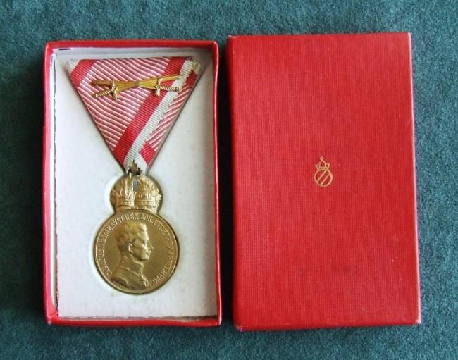 Bronzové Signum Laudis cisára Karla s mečmi v krabičke [foto: Ivan Chudý]