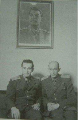 Se svým kolegou Košťálem symbolicky pod obrazem J. V. Stalina