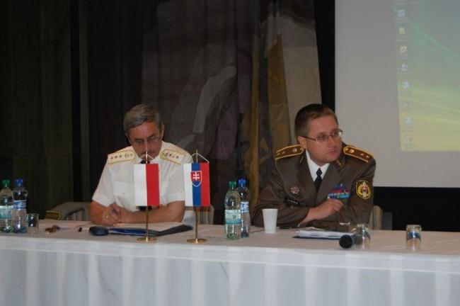 Plukovník v. v. doc. PhDr. Jozef Bystrický, CSc. a podplukovník PhDr. Peter Šumichrast, PhD. [foto: Jozef Žiak]