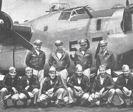 Posádka jednoho z vedoucích bombardérů svazu 392.skupiny, stojící zleva doprava: 1./Lt. James A.Hoover –pilot, 2./Lt. Gerald E.Douglas –druhý pilot, F/O George R.Fetter –navigator, 2./Lt. Arthur Clark –bombometčík. Klečící: S/Sgt. Edward G.Janak –boční střelec, S/Sgt. Louis J.Affinito –radista, S/Sgt. Thomas R. Fitzgerald –přední střelec, T/Sgt. Joseph D.Marlowe –mechanik, S/Sgt. Frank M.Gayda –boční střelec, S/Sgt. Leon A.Jones –zadní střelec. Pro misi na Beroun doplnili posádku navigátoři Maj. K.Q.Padock a 1./Lt. R.L.Fowler