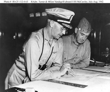 Kontradmirál Richmond Kelly Turner a generálmajor námořní pšchoty A.A. Vandegrift