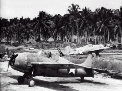 stíhací letouny Wildcat na Hendersonově letišti na Guadalcanalu
