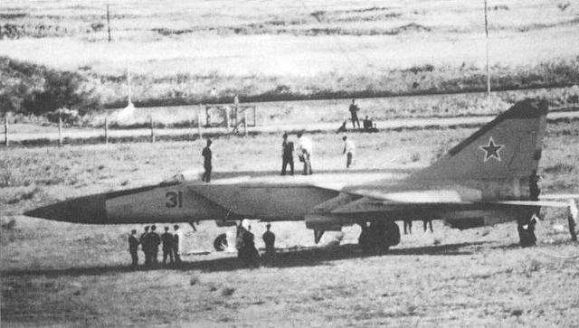Belenkov MiG nakon slijetanja razgledavaju znatiželjnici